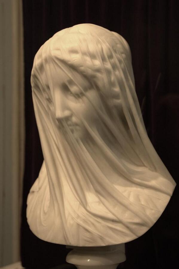 ヴェールをかぶったマリア像の彫刻が凄い
