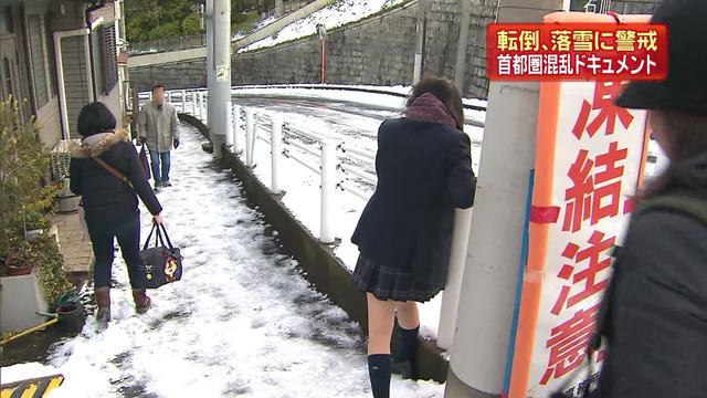 雪で動けなくなった女子高生がテレビに映る!