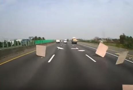 前のトラックからなんか飛んできた