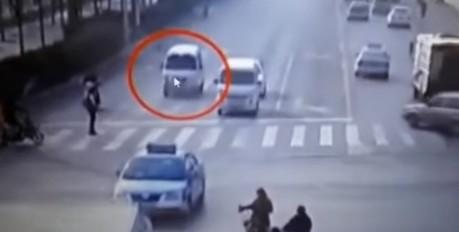 中国でフォースの力でトラックが吹っ飛ぶ