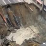 博多駅前で陥没する瞬間の動画